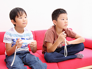WiiUで遊ぶ子ども